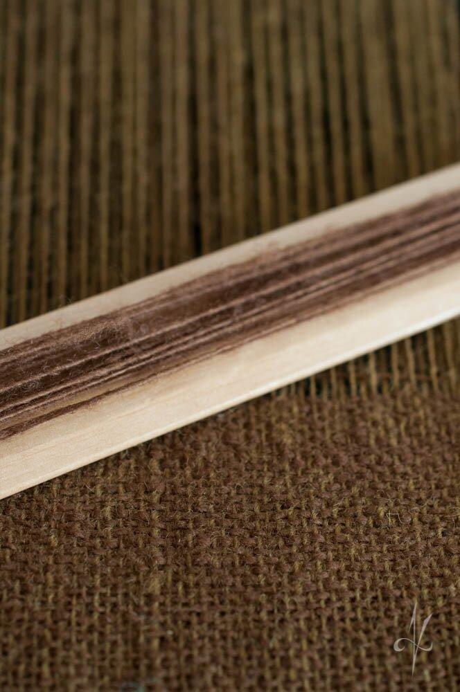Onuce w trakcie tkania. Wełna ręcznie przędzona, barwiona naturalnie.